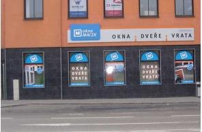 Vstup do pobočky Okna Macek Brno